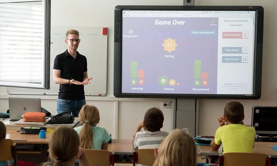 Lehrer unterrichtet vor Grundschulklasse